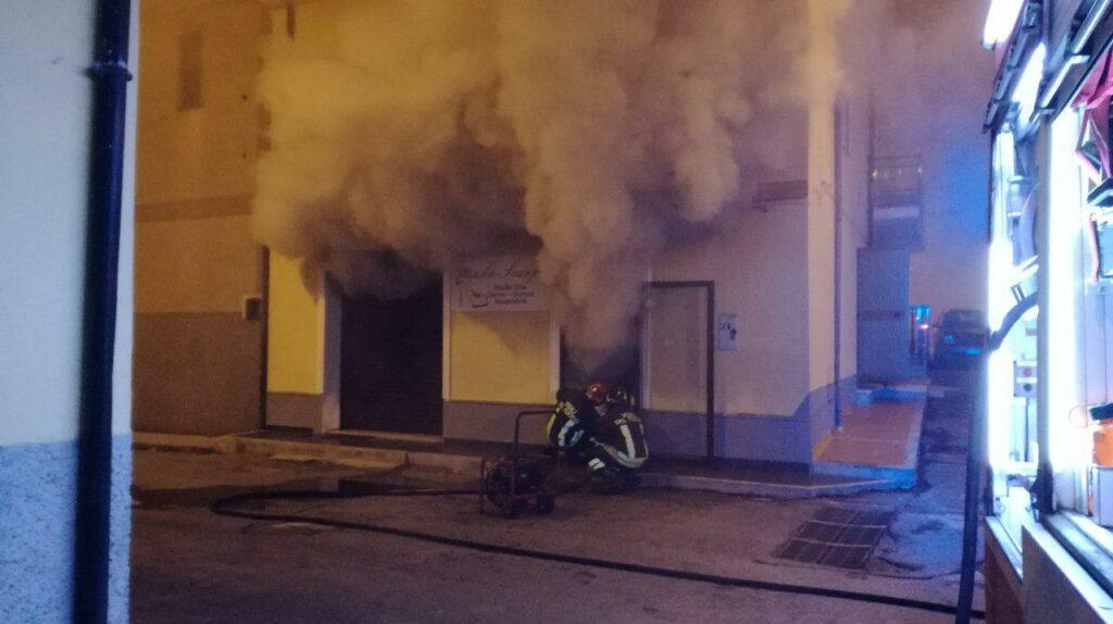 Incendi a Isola e Ciró Marina, intervengono i vigili del fuoco