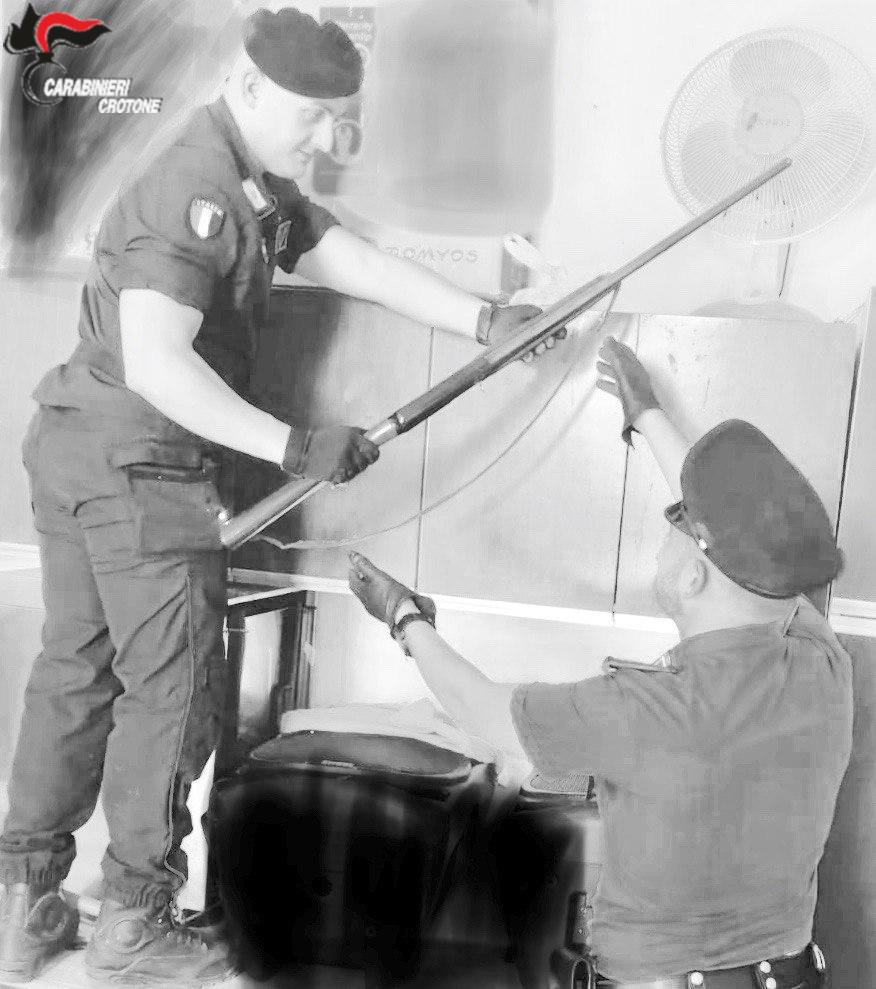 Scandale: Arresto, detiene armi illegalmente e sottrae abusivamente energia elettrica