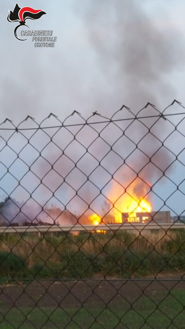 Incendia i propri rifiuti per disfarsene, denunciato anche per inosservanza del DPCM
