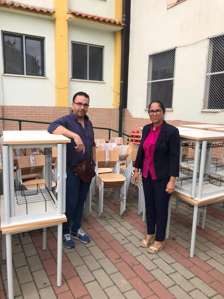 Banchi e sedie nuove a Roccabernarda per una scuola anticovid
