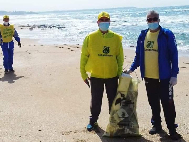 Legambiente Valle Tacina sulla spiaggia dei Gigli per azione di pulizia