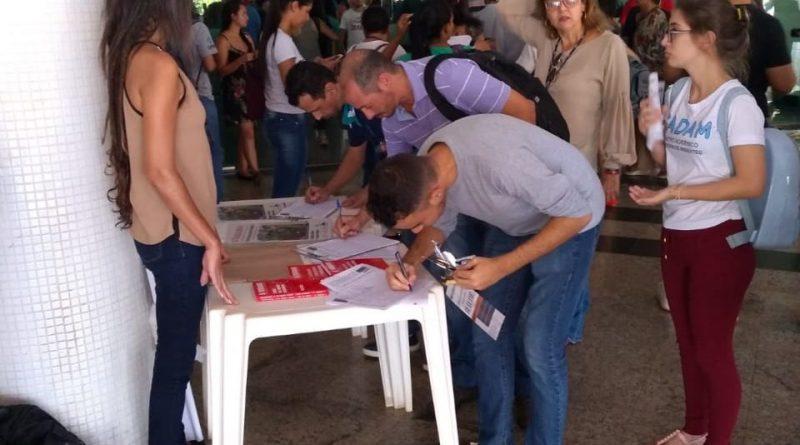 Coleta de assinaturas contra a PEC 06 na UFG