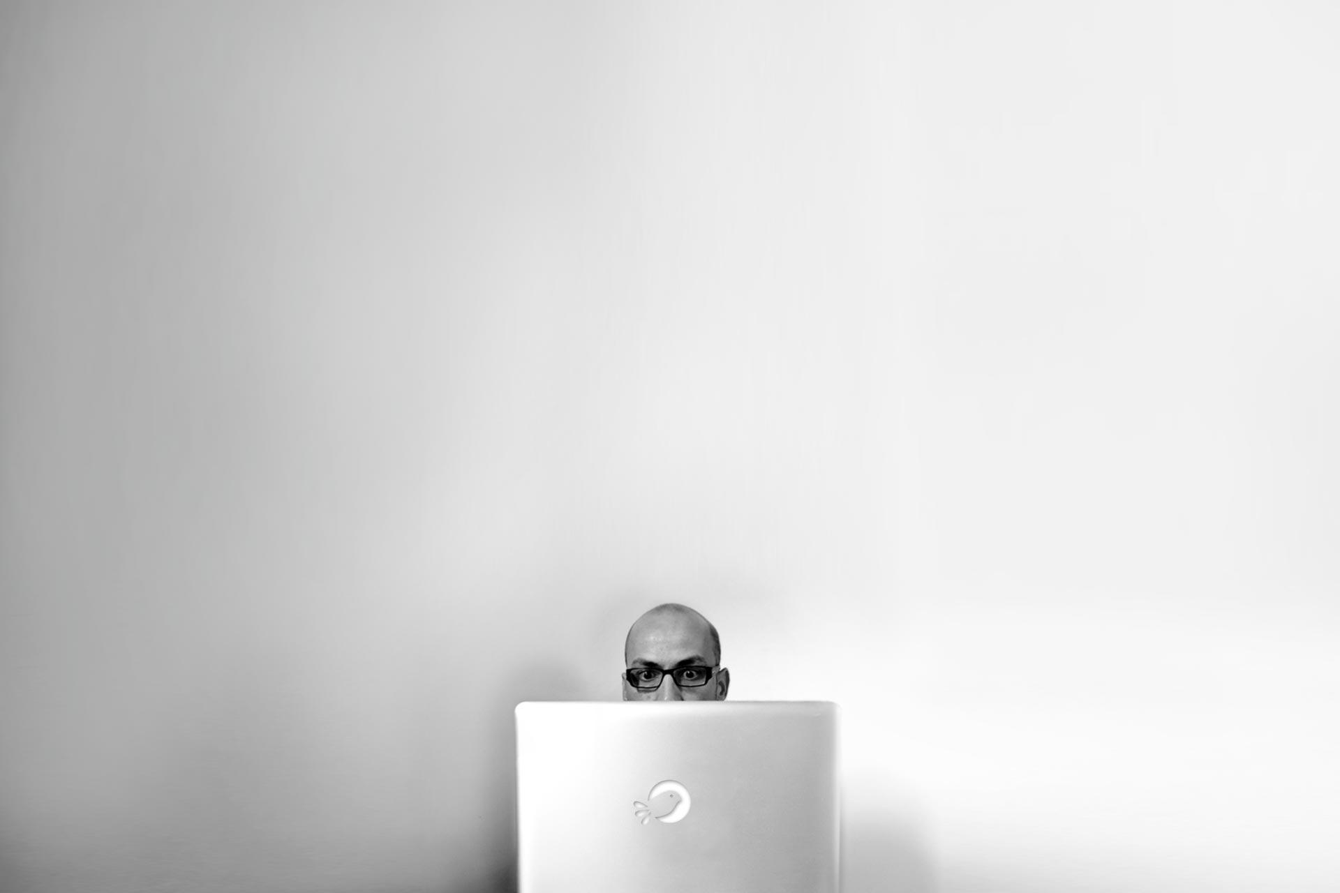 Michaël Petit, graphiste de Petit(à)Petit est spécialisé dans la communication visuelle, print et web. Logos, affiches, flyers, cartes de visite, plaquettes, brochures, signalétique, sites internet Petit(à)Petit crée tout ce dont vous avez besoin pour votre communication. C'est en même temps une agence de communication, un graphiste, un directeur artistique, un webdesigner basé à Pornichet, Saint-Nazaire, Nantes, Loire Atlantique, France, île de la Réunion, Paris. J'utilise illustrator, photoshop et indesign ainsi que Adobe Première et Final cut pour le montage vidéo.