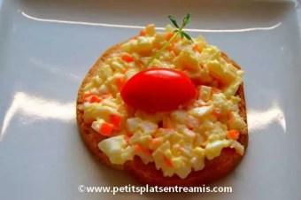 Toast au surimi-mayonnaise, oeuf dur, tomate cerise.