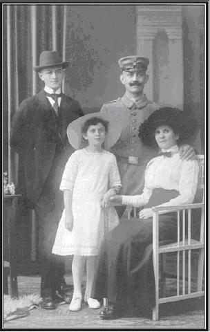 Foto: Ruben Riesenburger in der kaiserlichen Militäruniform mit Minna und Betty, 1914