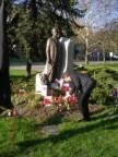 A lengyel áldozatok emlékére gyújt gyertyát ifj. dr. Petrássy Miklós az Esterházy szobornál Tatabányán