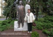 Esterházy János szobor Tatabányán, előtte Petrássy Márta építészmérnök