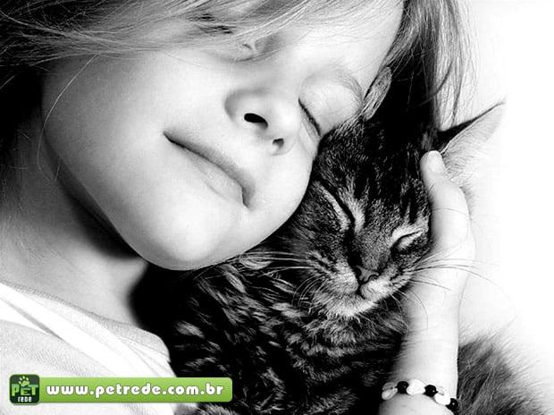 menina-abraco-carinho-gato-petrede