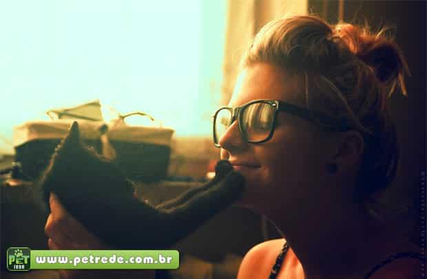 gato-e-mulher-carinho-petrede