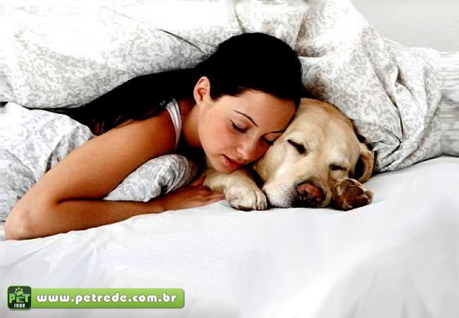 mulher-na-cama-com-cachorro-dormindo-petrede
