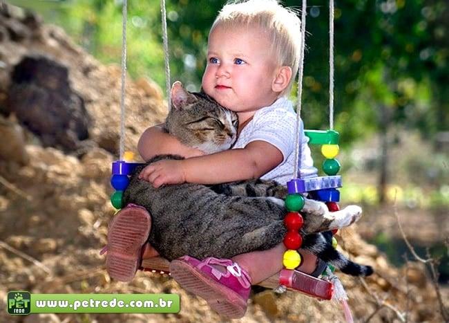 bebe-menino-balanca-abraco-carinho-amor-gato-petrede