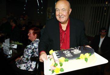 Takovýto nádherný dort připravili Petrovi přátelé, v pozadí opět Radek Žalud a žena vynikajícího kamaráda z Mutěnic Vojty.