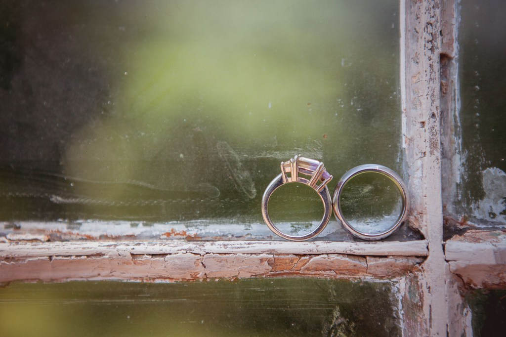 wedding-rings-on-weding-sill