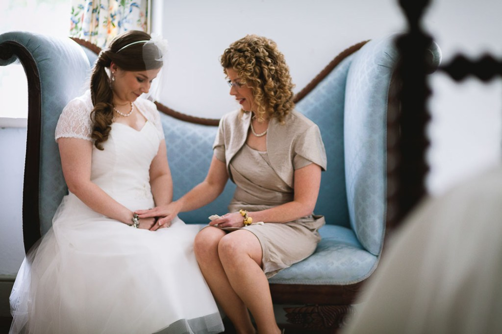 bride-and-mother-before-ceremony