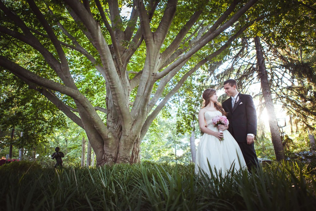 wedding-couple-by-tree