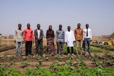 Les enseignants de SVT du CEG2 de Kandi posent fièrement dans leur potager. Cultiver des légumes locaux avec leurs élèves est un projet qui leur permet d'allier la théorie et la pratique. // Kandi - 2015