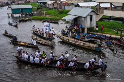 Fin de journée mouvementée sur le lac, de bruyantes embarcations partent en tournée pour les prochaines élections. // Ganvié - 2016