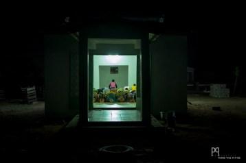 Dans la petite mosquée du complexe scolaire Pierre Yérima à Kandi, les jeunes musulmans prient juste à côté de la chapelle de leurs camardes chrétiens. Moment magique où les prières des uns se mêlent aux chants des autres... // Kandi - 2015