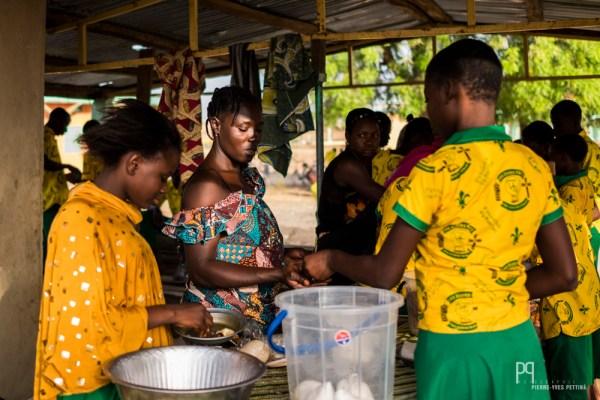 """Les """"bonnes dames"""" proposent de la bouillie, du riz et des beignets. La plupart des externes arrivent à l'école le ventre vide. // Kandi - 2016"""