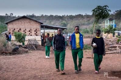 Une partie des enfants loge à l'internat. Chaque matin, après la prière, les élèves se rendent au réfectoire pour le petit déjeuner. // Kandi - 2015
