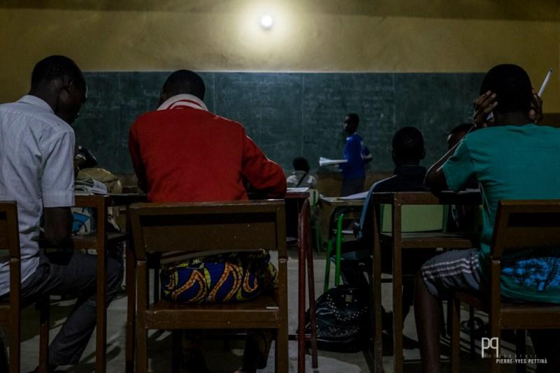 Les internes terminent leurs journées par des études surveillées jusqu'à 22h. // Kandi - 2016