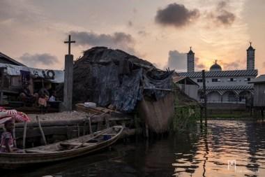 La ville étant entièrement sur pilotis, mosquée et église se partagent le peu d'îles artificielles disponibles. // Ganvié - 2015