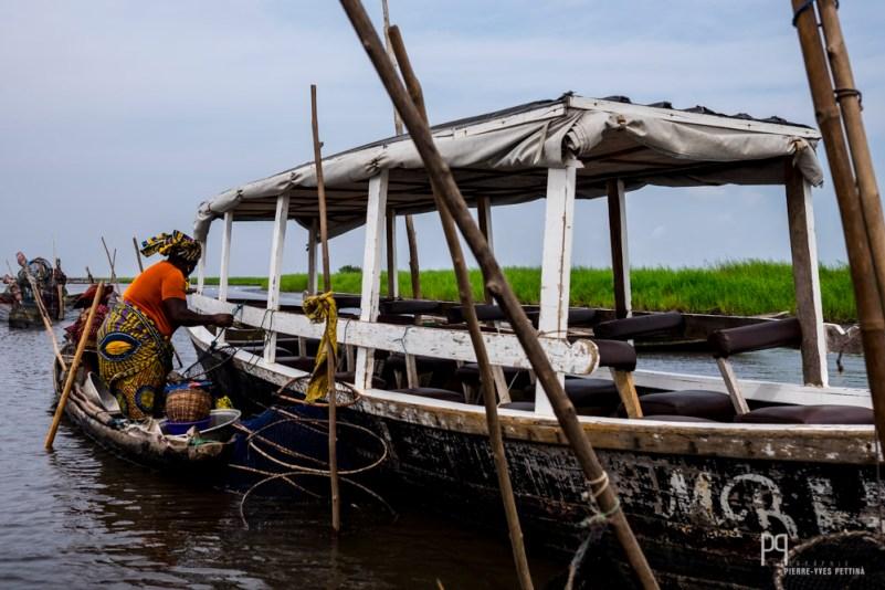 Vendeuse préparant ses stocks avant de repartir sur le lac. // Lac Nokoué - 2016