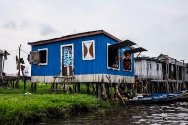 Des îlots de jacinthe d'eau, de boue et d'herbe forment le peu de terre ferme que l'on trouve à Ganvié. // Ganvié - 2015