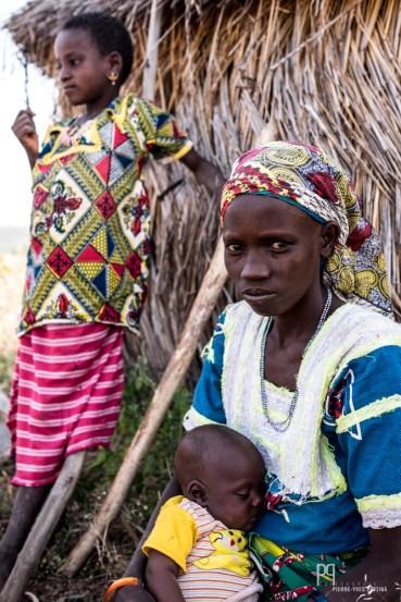 Cette famille Peul s'est installée juste à côté du baobab, au milieu des champs de coton et de sorgho.
