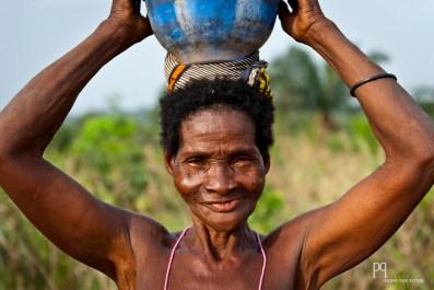 Porteuse d'eau à l'orée du village. // Ayou - 2013