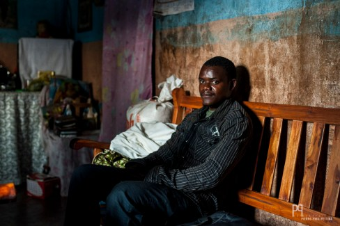 Lothaire, tout comme 95% des enseignants béninois, est vacataire. Payé 1500 francs CFA de l'heure (environ CHF 3.-), il espère glaner quelques heures à chaque rentrée. // Allada - 2013