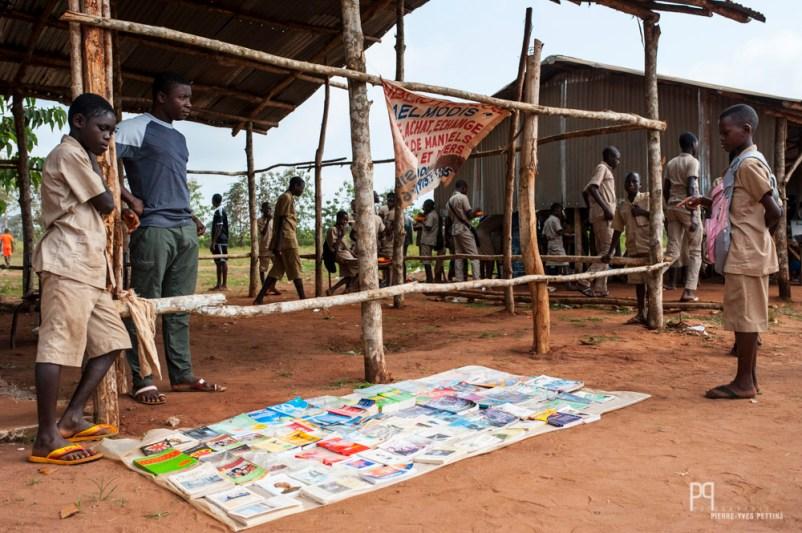 Chaque jeudi, le vendeur de livre dresse son petit stand dans le préau du CEG Hinvi. // Hinvi - 2013