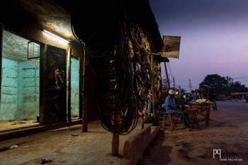 Le long de la seule voie qui monte au nord, des pneus de motos sont vendus afin d'affronter des kilomètres de routes défoncées. // Allada - 2013