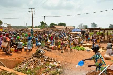 Le marché d'Allada a lieu tous les cinq jours et attire vendeurs et acheteurs de toute la commune. // Allada - 2013