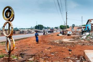 Afin de goudronner la voie qui monte au nord, le gouvernement a fait raser les abords de la route avant que les Chinois ne débutent le chantier. // Allada - 2013