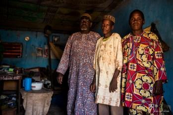 Wassou - à gauche - est circonciseur. Après être intervenu cinq fois dans le village durant la journée, il pose en compagnie de ses amis. // Kérou - 2017