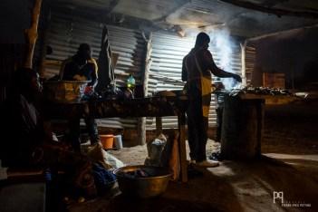 Située dans quartier Demanou, la buvette d'Oussman propose du poulet grillé dès la tombée de la nuit. // Banikoara - 2017