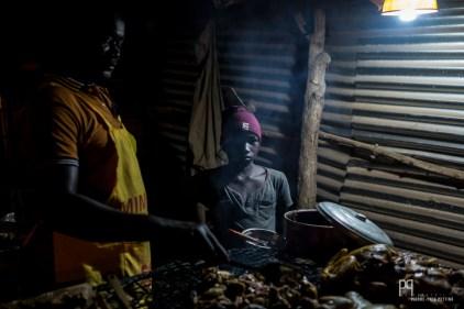 """Chez Oussman au """"Poulet face mairie"""", père et fils proposent de la viande grillée le long de la voie. // Banikoara - 2017"""