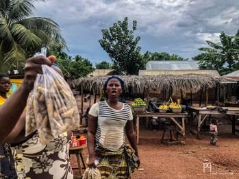 Ces vendeuses ambulantes profitent des ralentisseurs pour proposer leurs arachides bouillies aux véhicules empruntant la grande voie R2. // Zogbodomé - 2019