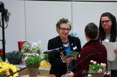 Ursula Schele bedankt sich bei der Moderatorin Sonja Blattmann ...