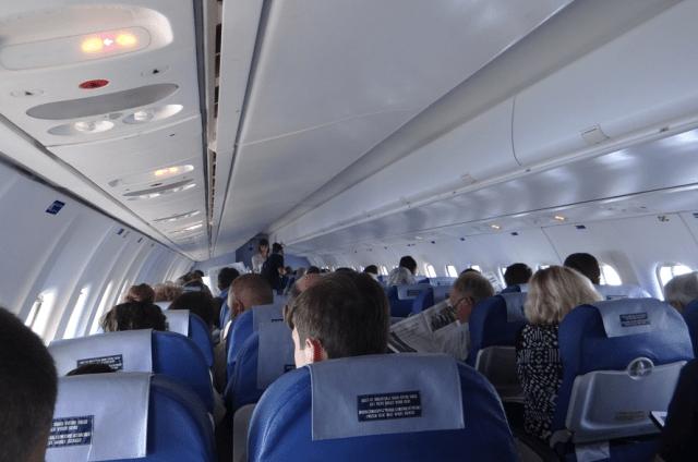 """Dans ce vol, le signal """"Attachez vos ceintures"""" a été activé pour que les hôtesses puissent distribuer les collations..."""