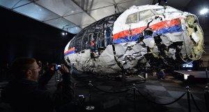 """De larges pans du MH17 abattu par un missile en Ukraine ont pu être récupéré. Les débris du MS804 sont de très petite taille, l'impact avec la mer a été bien plus violent qu'une """"simple"""" chute."""