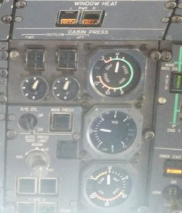 Sur les vieux avions comme cet Airbus A310, la pression était contrôlée via des cadrans... peu d'informatique, pas de détecteur perfectionné ni d'alarme dans le cockpit...Merci à @Lustucrew pour cette photo
