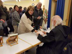 P. Anselm Grün beim Signieren seiner Bücher
