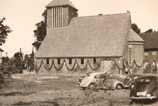 Kirchweihe: fleißige Hände haben das künftige Gotteshaus mit Girlanden und Fahnen geschmückt