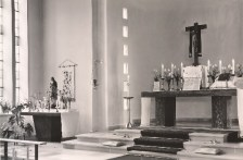 1962 sieht der Altarraum dank der Mithilfe der Gemeinde so aus ...