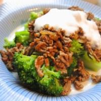 Brokkoli mit Hackfleisch und Joghurtsauce