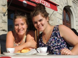 Rina und ich beim Frühstück in Lucca