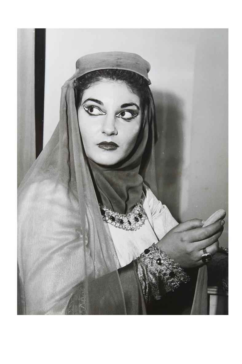 14_Maria Callas in camerino si prepara ad interpretare il ruolo di Lady Macbeth, Milano 7 dicembre 1952. Foto Farabola