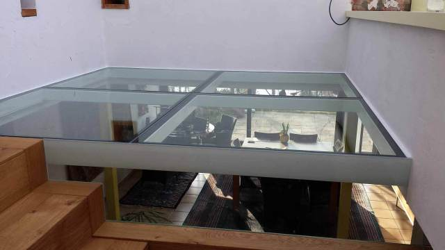 Pglas - Glazen vloer helder glas in 4 delen in witte stalen kader 003